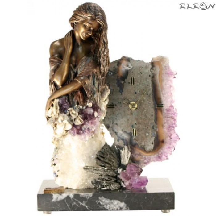 статуетка ЧАСОВНИК момиче изработено от бронз върху постамент от мрамор и планински кристал