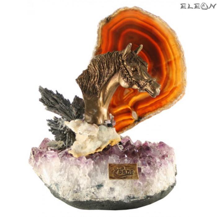 статуетка КОНЧЕ изработено от бронз върху постамент от необработен топаз и ахат
