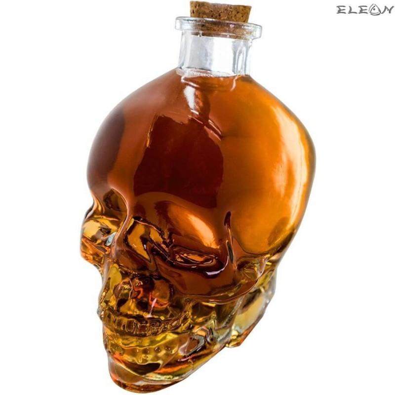Стъклена бутилка за алкохол с формата на череп