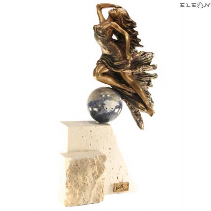 статуетка ЖЕНА в полет изработена от бронз, ахат и травертин