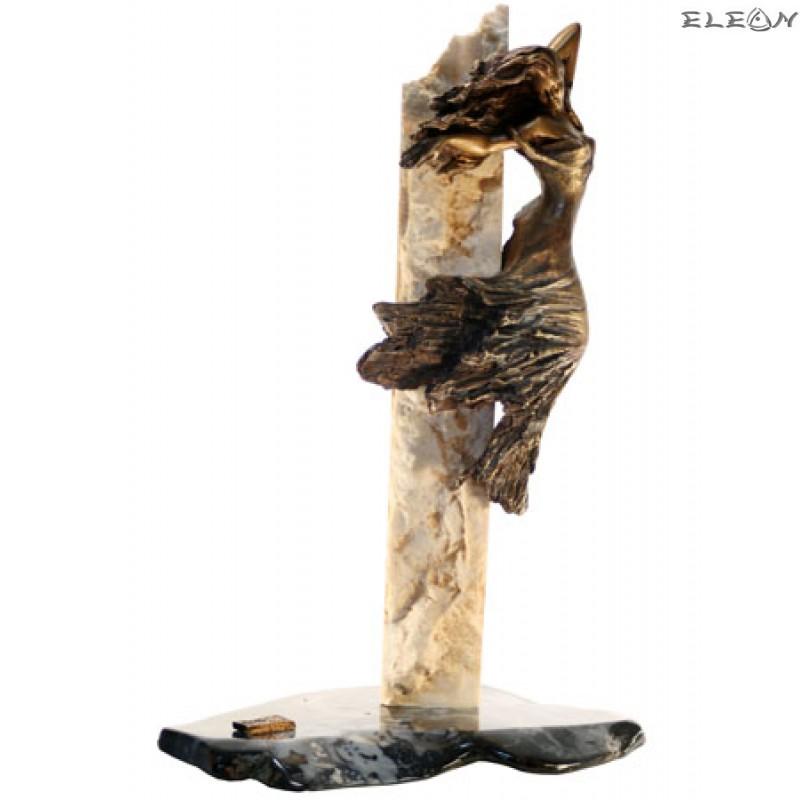 статуетка СЪБЛАЗЪН изработена от бронз върху постамент от травертин и обработен ахат