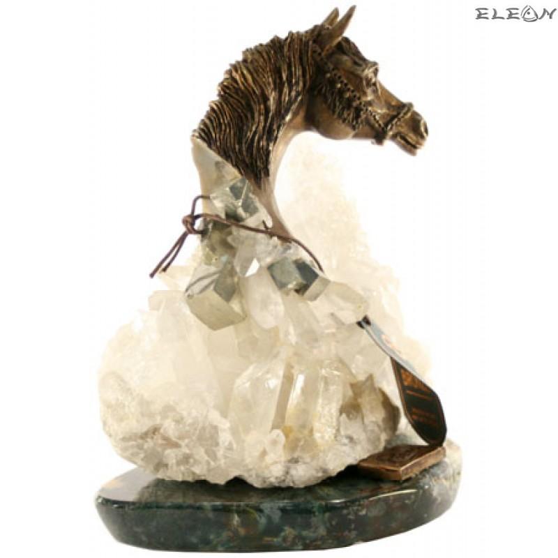 статуетка КОНЧЕ изработено от бронз върху постамент от необработен планински кристал