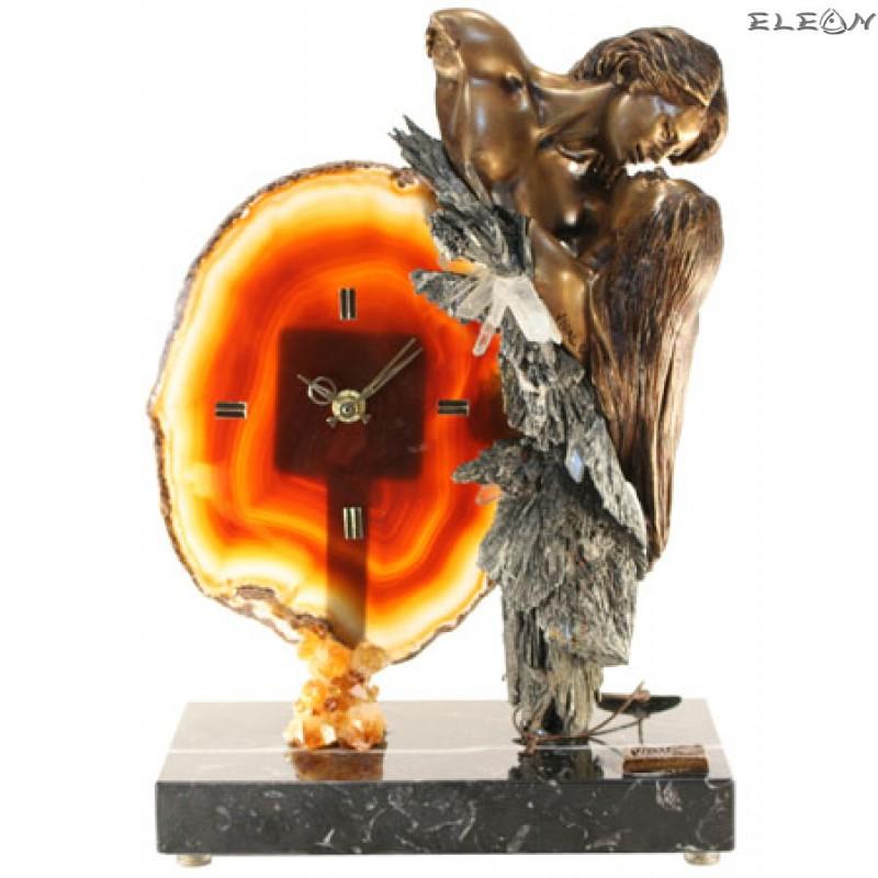 Статуетка часовник СТРАСТ - влюбени мъж и жена изръботени от бронз върху постамент от мрамор