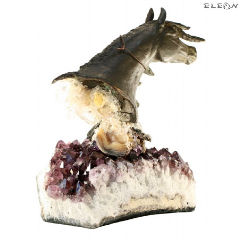статуетка КОНЧЕ изработено от бронз върху постамент от необработен аметист