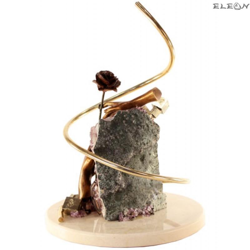 статуетка РЪКА с РОЗА изработена от бронз, аметист, месинг и травертин