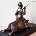 Бронзова скулптура ЛОВЕЦ с глиган върху черен гранит - RK407, 13см